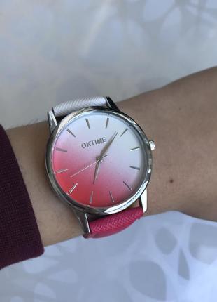 Женские наручные градиентные часы бело-малиновые oktime