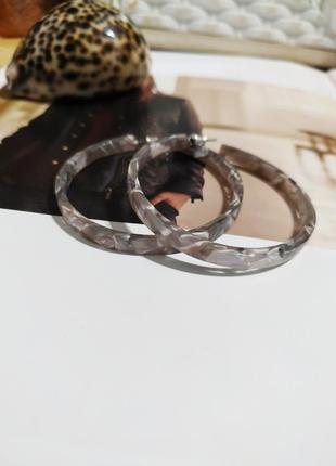 Серьги кольца asos акриловые сережки мраморные колечка кульчики
