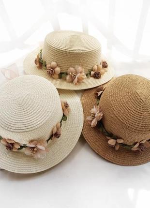 Соломенная шляпа с веночком с цветочками