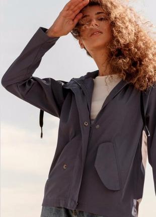 Ветровка с капюшоном