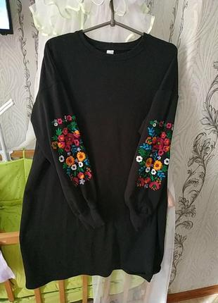 Трикотажное платье большого размера с вышивкой на рукавах