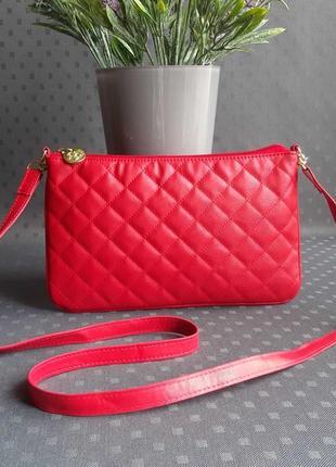 Красивая стеганая красная сумка на длинном ремешке фирмы dorothy perkins в новом состоянии
