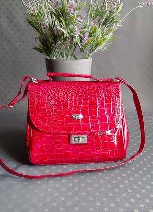 Красивая лаковая сумка на длинном ремешке фирмы capiz в новом состоянии