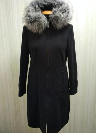 Нежное пальто выполнено из шерсти высокого качества.