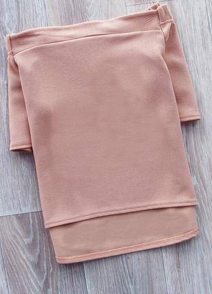 Нежная пудровая блуза из фактурного шифона со спущенным плечиками удлиненная сзади glamour babe