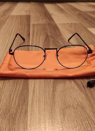 Стильні молодіжні окуляри.