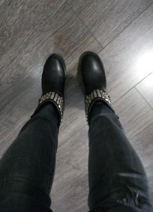Стильные актуальные черные демисезонные  ботинки с заклепкамм