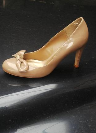 Красивые лаковые туфли на каблуке,кож.зам.
