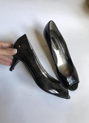 Шикарные лаковые туфли лодочки на низком каблучке натуральный лак р.39