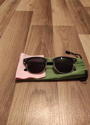 Сонцезахисні окуляри.