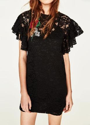 Вечернее кружевное платье с вышивкой