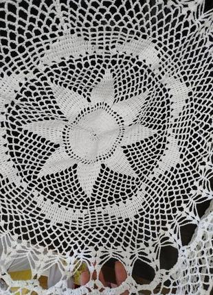 Белая круглая вязаная скатерть ручная работа