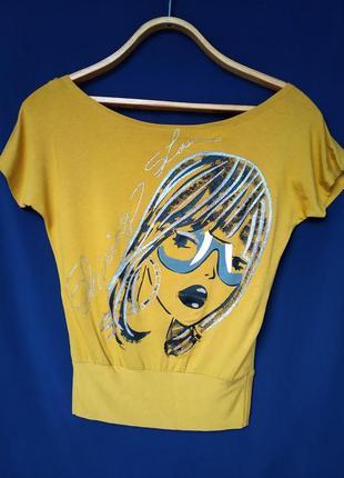 Женская футболка повседневного стиля с приспущеным плечем