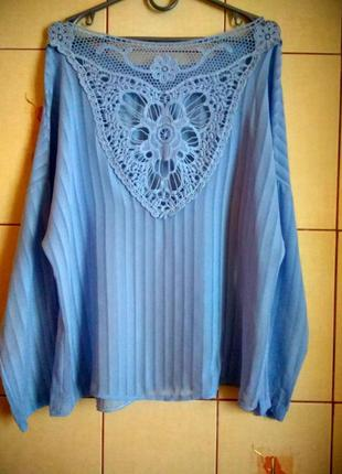Нежная голубая блуза с кружевной спинкой