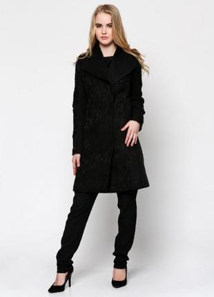 Элегантное шерстяное пальто с кружевной вязкой