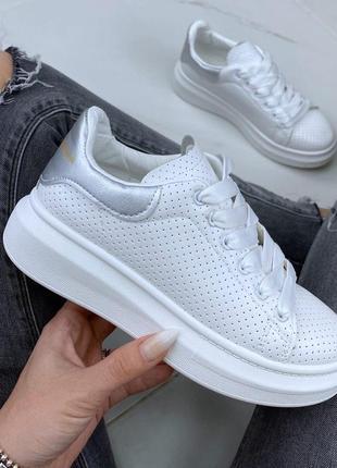 Шикарные белоснежные  кроссовки