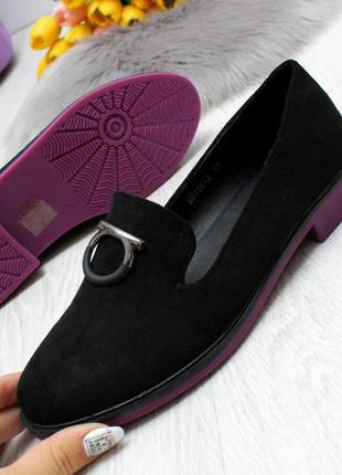 Нарядные черные женские туфли на ярком низком каблуке   код 7000