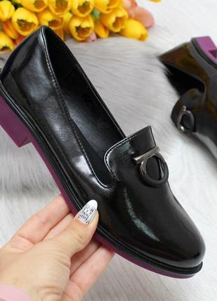 Нарядные черные женские туфли на ярком низком каблуке   код 7001