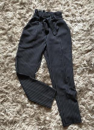 Полосатые брюки на поясе