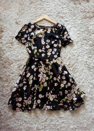 Сукня у квітковий орнамент