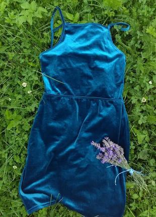 Шикарне плаття з цікавою спинкою