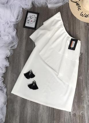Платье с рюшей на плечо