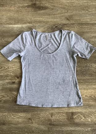 Базовая футболка reserved с глубоким вырезом