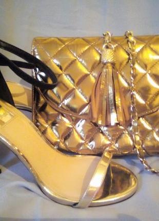 Стильна сумочка-клатч, золотистого кольору.