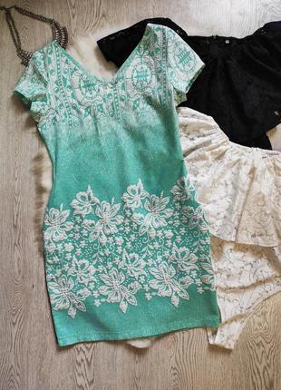 Голубое мятное бирюзовое белое короткое платье с принтом выбитым рисунком цветочным