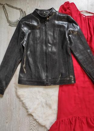 Черная короткая кожаная куртка косуха  под рептилию змеиная кожа блестящая воротник стойка