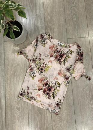Блуза в цветы с завязками на рукавах