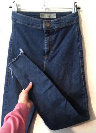 Зауженные джинсы topshop moto joni с рваным низом (идеальное состояние)
