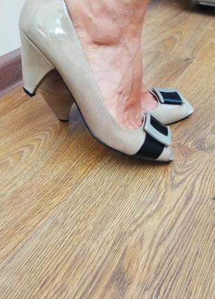 Бежевые лаковые туфли portfolio marks&spencer