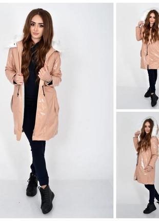 Демисезонная женская куртка пудрового цвета из латекса с меховой подкладкой 103r061