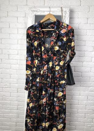 Щикарное платье в цветочный принт.