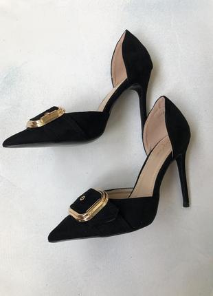 Актуальные брендовые туфли с острым носком