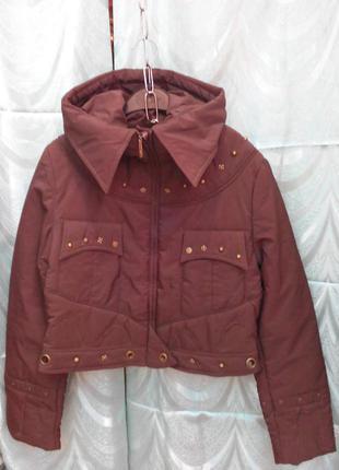 Короткая коричневая куртка с капюшоном