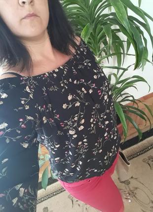 Бомбезная блузка с опущенными плечами
