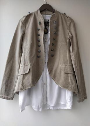 Красивый котоновый пиджак украшен пуговицами