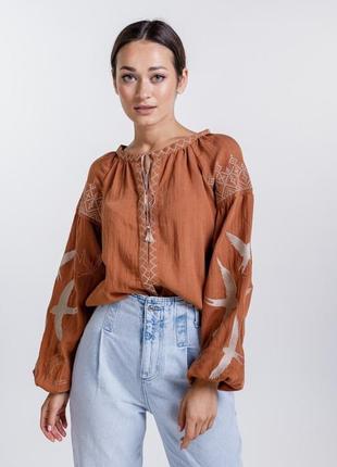 Женская вышиванка с ласточками и геометрией