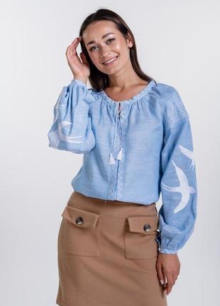 Женская вышиванка с ласточками