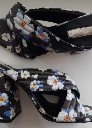 Яркие шлепки в переплет на блочном каблуке в цветы dorothy perkins