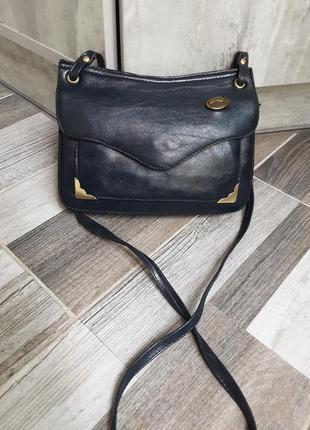 Симпатичная сумка с длинным ремнём. кожа