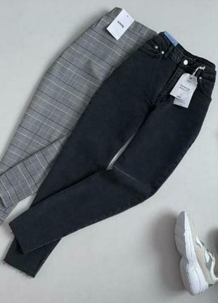 Темные джинсы с необработанным низом
