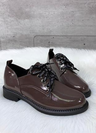 Стильные коричневые лаковые туфли на низком каблуке
