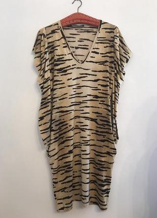 Коктейльное платье в анималистическом стиле.