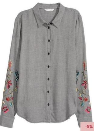 Рубашка з красивою вишивкою на рукавах