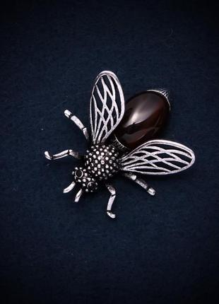 Новая брошка-кулон мушка с сердоликом