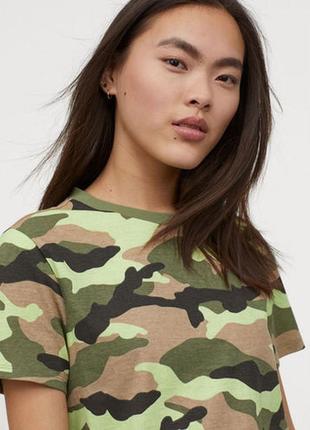 H&m. товар из англии. футболка в ярком неоновом принте камо.