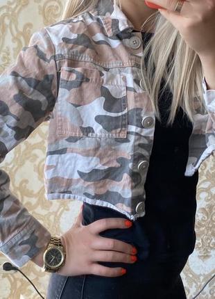 Стильная короткая джинсовка в военный принт